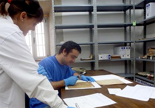 Profesor D. Francisco Saulo Rodríguez Lajusticia en una visita al Archivo