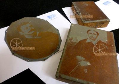 Retratos en placa de metal sobre planchas de madera